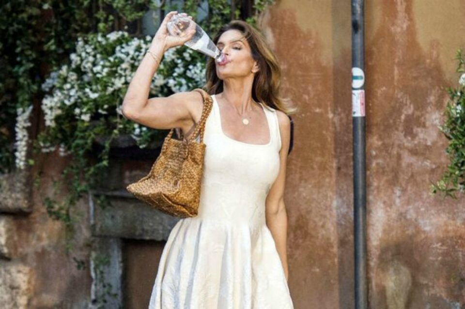 Cindy Crawford: Drink water for flawless skin